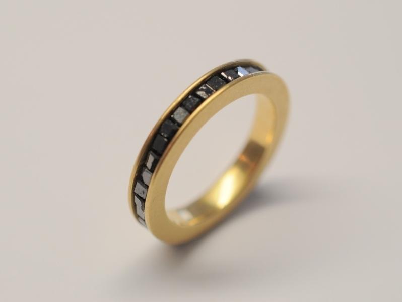 ring aus 750 gelbgold mit schwarzen diamanten. Black Bedroom Furniture Sets. Home Design Ideas
